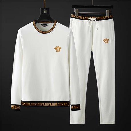 Белый костюм Версаче с золотыми матжетами с круглым воротом
